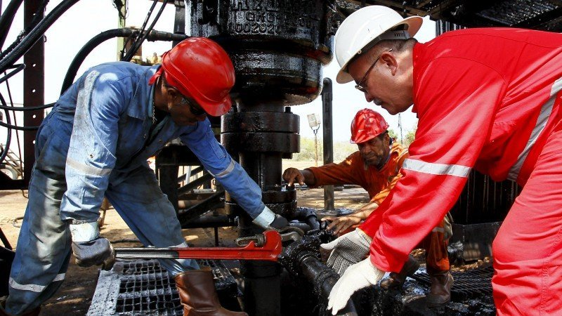 Precios del petróleo caen tras salida de EUA del Acuerdo de París